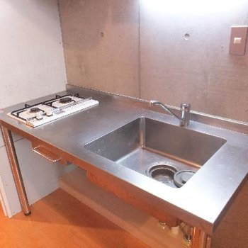 キッチンはシンプル。上に収納があります。