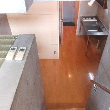 キッチンを見下ろす。階段で生活を別けられるのがいいですね。