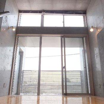 3mの天井高。高い窓。