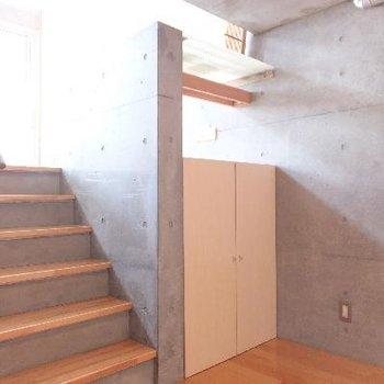 キッチン後ろのスペース。階段がおしゃれ。