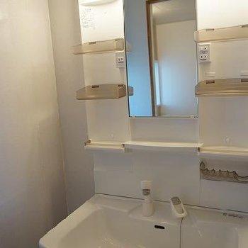 独立洗面台、ピカピカ!※写真は別部屋です