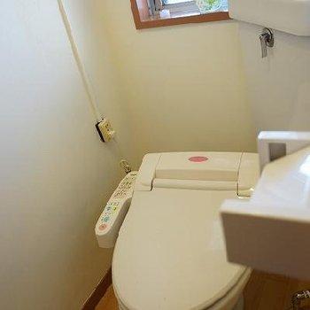 トイレにも窓!※写真は別部屋です