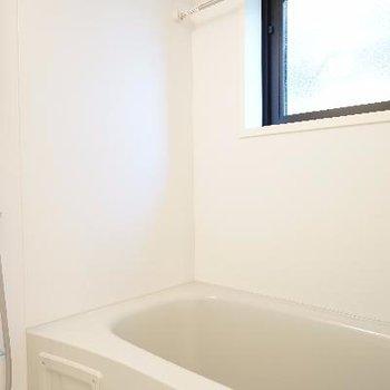 お風呂は機能的で窓も◎