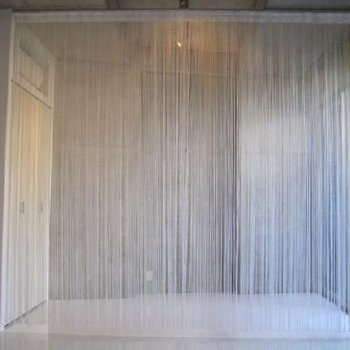 ラインカーテンで、やんわり仕切れる。ベッドを置いたら天蓋みたいですね。