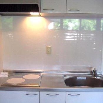 こちらはキッチン。二口HI。無駄なものなし。