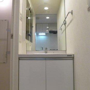 鏡も大きく使い易い洗面台です。