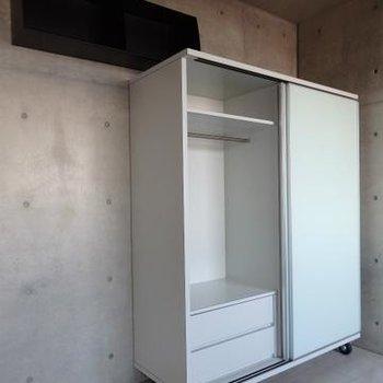 可動式の収納と上部棚※写真は803号室