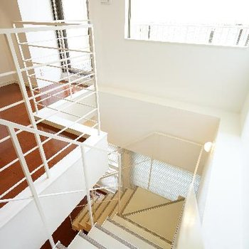 階段上も窓で明るい♪