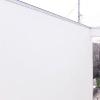 白い壁で囲まれているので外の景色は見ることができません、