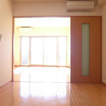 洋室まで日が届きますよ〜※写真は9階