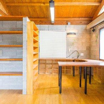 最上の1番広い11帖の洋室は収納たくさん!事務所としても使えそう