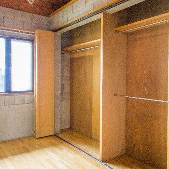 5.3帖の洋室は壁一面のクローゼット