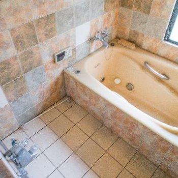 オシャレなタイルの浴室