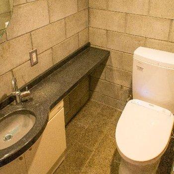 リビング側のトイレには洗面台付き