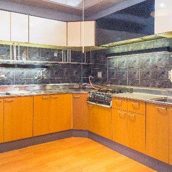 キッチンはとにかく大きい!広い!蛇口いっぱい!