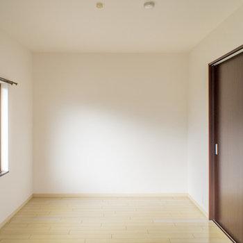 寝室は2面採光で明るい♪