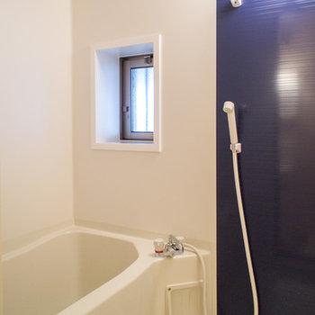 浴室には換気窓もありますよ♪