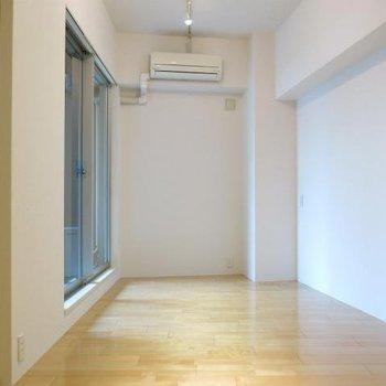割と広めな空間。 ※写真は同間取り別部屋です