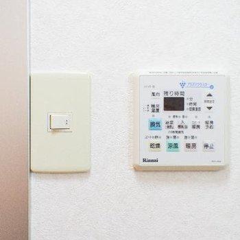 浴室乾燥のリモコンは、浴室電気スイッチのお隣です。