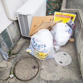 ゴミ置場は駐車場の端にあります。