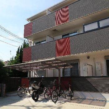 住宅街の奥に新しげなアパート。