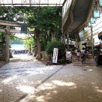 レトロな商店街とお寺のコントラスト。