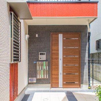 オートロック付きの玄関はデザインもオシャレ