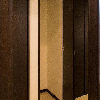 廊下の収納には掃除機などもスッポリ入ります。