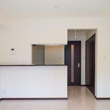 奥行きのあるキッチンで大きな冷蔵庫も収まります。