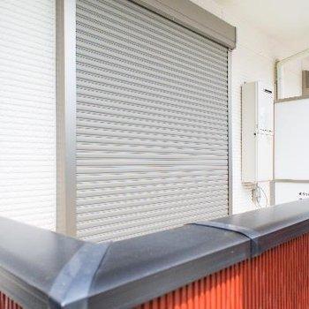 ベランダ窓にはシャッター付きで安心