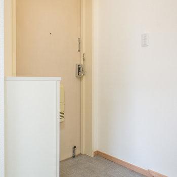 玄関はそんなに広くありません。