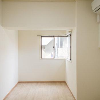 お部屋の角が窓になっています。