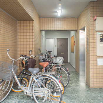 エレベーターの前に駐輪できます。