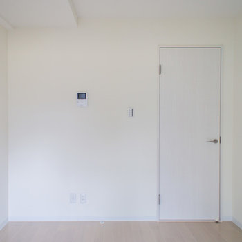 ドアも白で圧迫感なし※写真は203号室