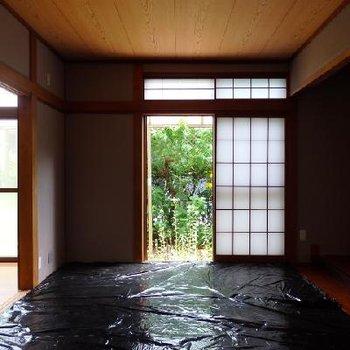 庭を見渡せる1階・和室