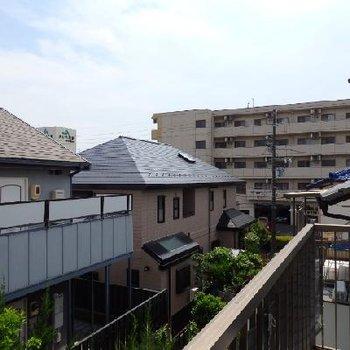 住宅街の風景。低い建物ばかりなので抜けています