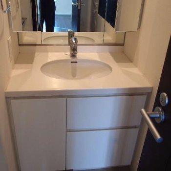 すっきりシンプルな洗面台。