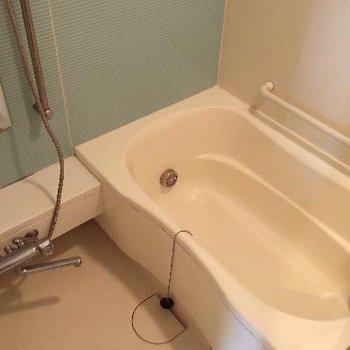 コンパクトなお風呂。追い焚き機能・浴室乾燥機、付いてます。