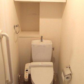 トイレはウォシュレット付き。飾り棚と収納もあって嬉しい。