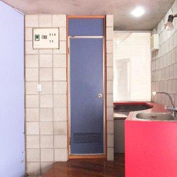 青い扉は水周り