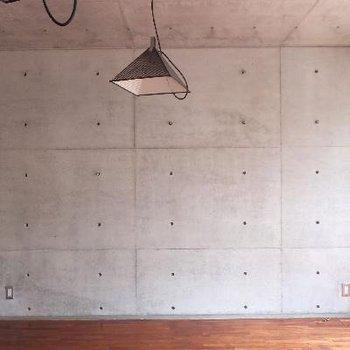 壁から天井続きのコンクリート