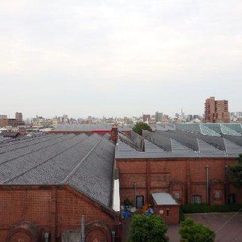 目の前にはトヨタ産業記念館のモダンな建物が