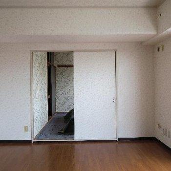 リビングの奥は和室です。客間にどうぞ。