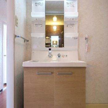 洗面台はナチュラルな雰囲気。