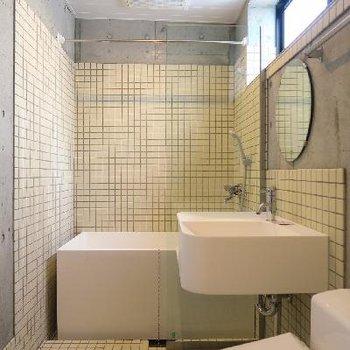 タイル張りのバスルーム。