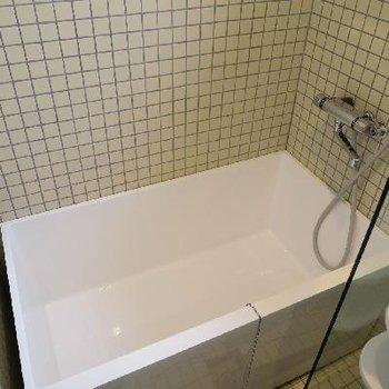 カクカクっとしたバスルーム。