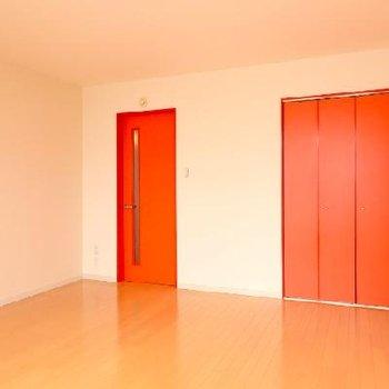 扉もオレンジ