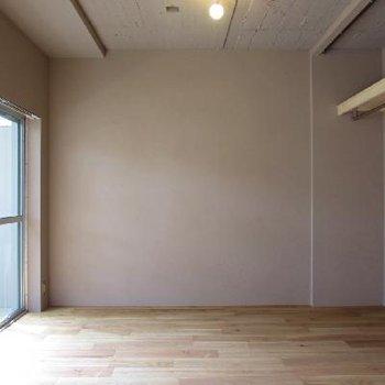 1階なのにこの日当たり。床はナラ材を使用※写真は別部屋です