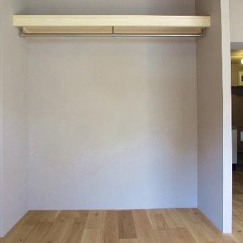 クローゼットはオープンタイプに。なかなか高さがあるんですよ※写真は別部屋です