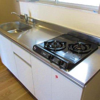 キッチンは2口ガスコンロと使いやすさも◎※写真は別部屋です